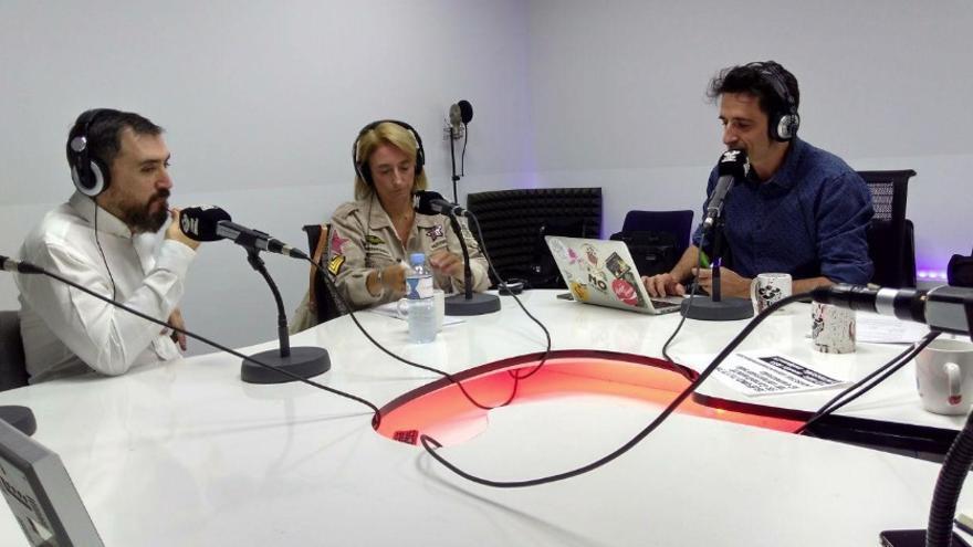 Ignacio Escolar y Paloma Cervilla, con Javier Gallego, en el primer programa de Carne Cruda de la temporada