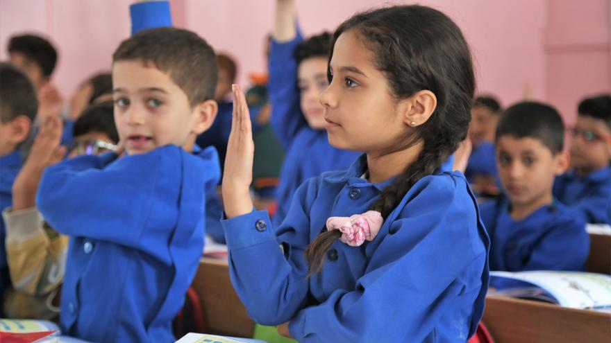Niños y niñas refugiados de Palestina asisten a una de las escuelas de UNRWA en Siria