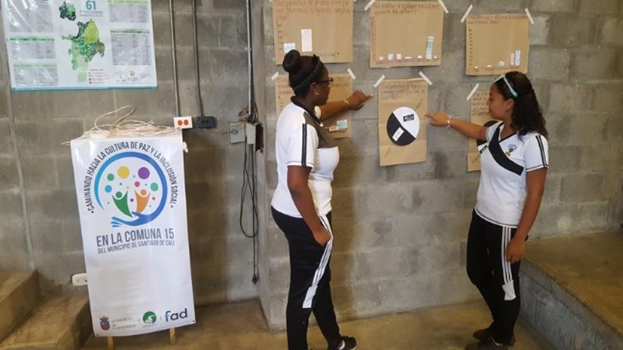 Dos adolescentes en una actividad de la ONG FAD en Colombia.