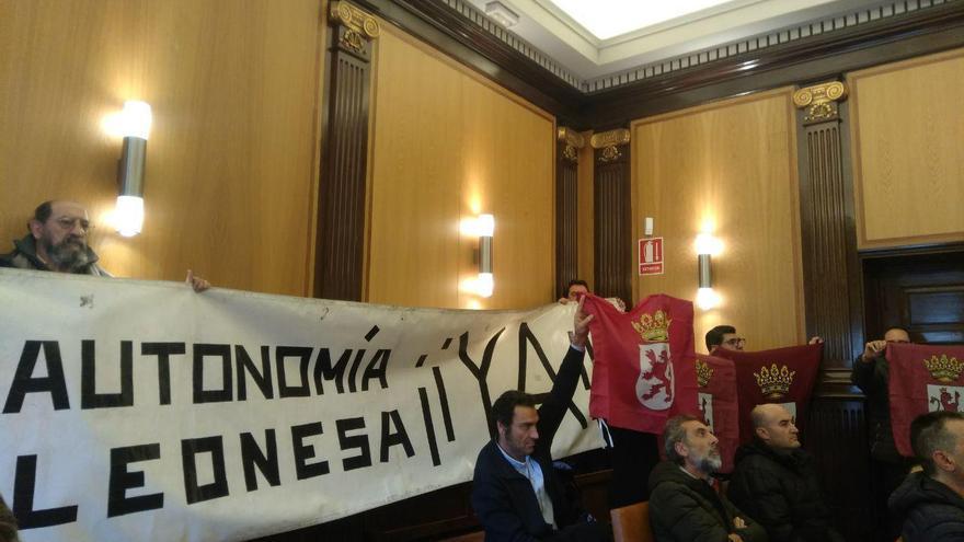 Un grupo de leonesistas acude al pleno del Ayuntamiento de la capital para reivindicar la autonomía de la región.