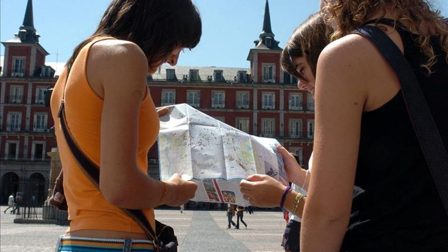 El turista español viaja más en verano pero es muy exigente con el precio