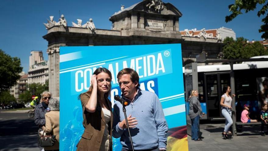 El PP estudia denunciar los carteles en balcones que promueven Carmena y Errejón