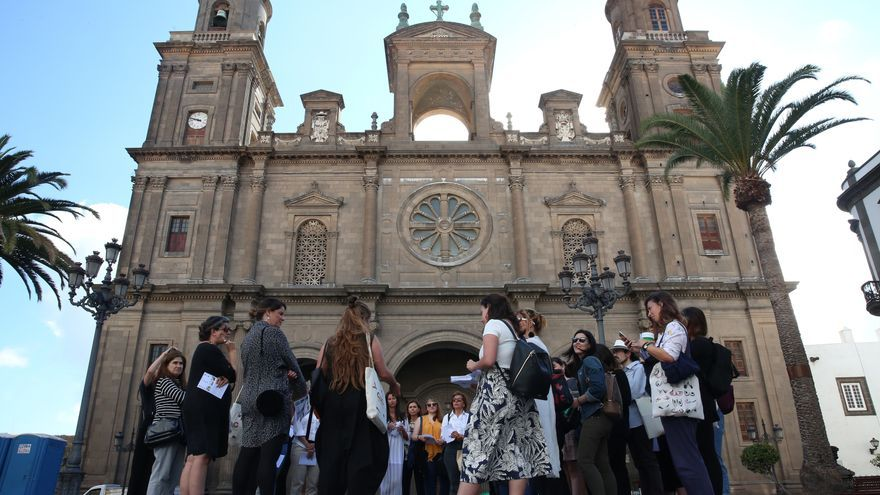 Recorrido de las participantes en el encuentro Género, Arquitectura y Ciudad por las calles de Las Palmas de Gran Canaria.