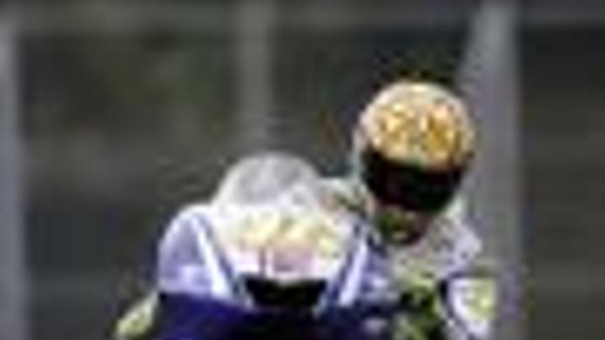Rossi 'vuela' en Sepang con el récord del circuito por delante de Lorenzo