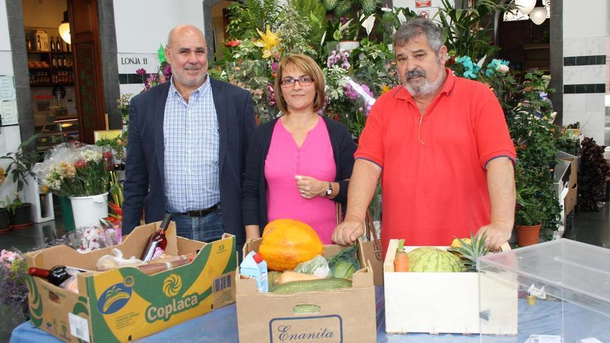 En la imagen,  sorteo del premio de la Semana de la Recova, consistente en un lote de productos palmeros aportado por cada uno de los comerciantes del mercado.