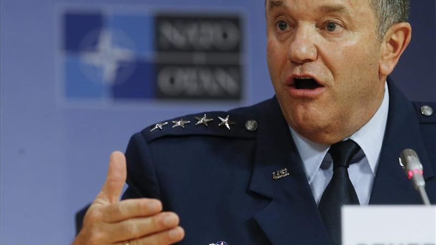 El jefe militar de la OTAN afirma que Rusia reabastece a sus fuerzas en el este de Ucrania