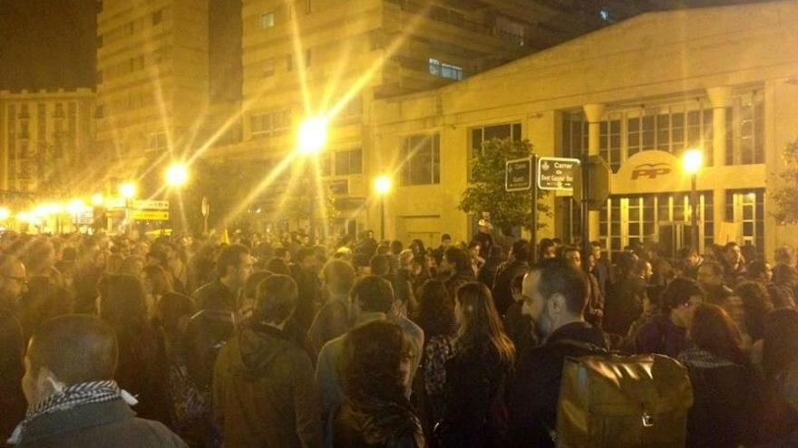Una concentración ante la sede del PP en Valencia pide la dimisión de Rajoy y su Gobierno al grito de 'Ladrones'
