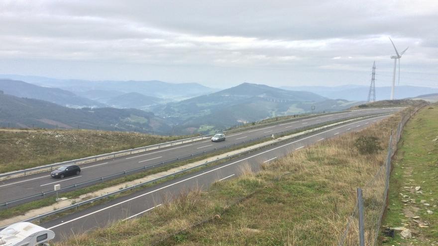 Autovía A-8 en Galicia a su paso por el Alto do Fiouco, con Mondoñedo al fondo en el valle