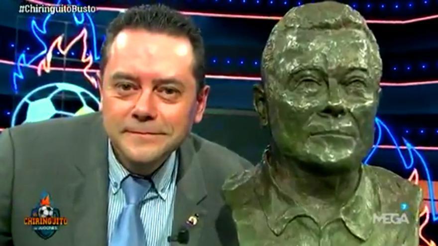 Tomás Roncero descubre su propio busto en 'El Chiringuito'