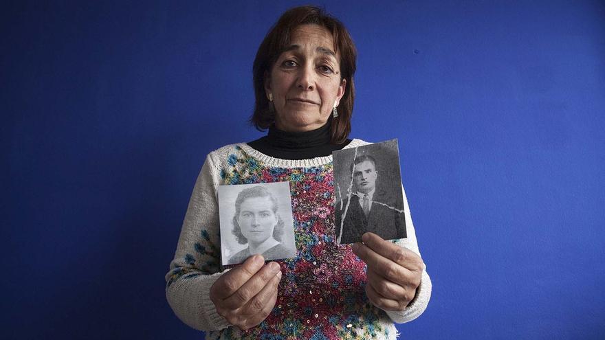 L'Araceli Pena amb fotografies dels seus avis