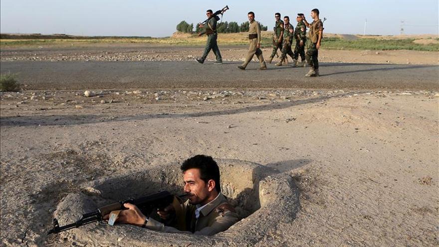Un miliciano kurdo monta guardia a 40 kilómetros al sur de Erbil, en el Kurdistán iraquí.