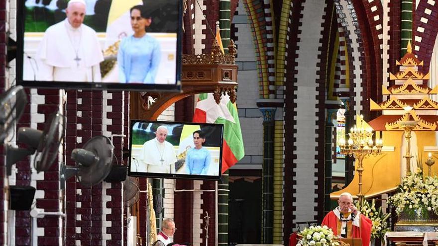 El papa invita a jóvenes birmanos a defender derechos humanos y justicia