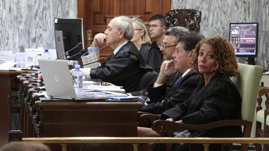 Los abogados de la acusación, junto al representante de la Fiscalía. (ALEJANDRO RAMOS)