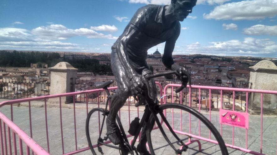 La escultura del ciclista toledano Federico Martín Bahamontes tras ser repuesta en el Miradero / toledodiario.es