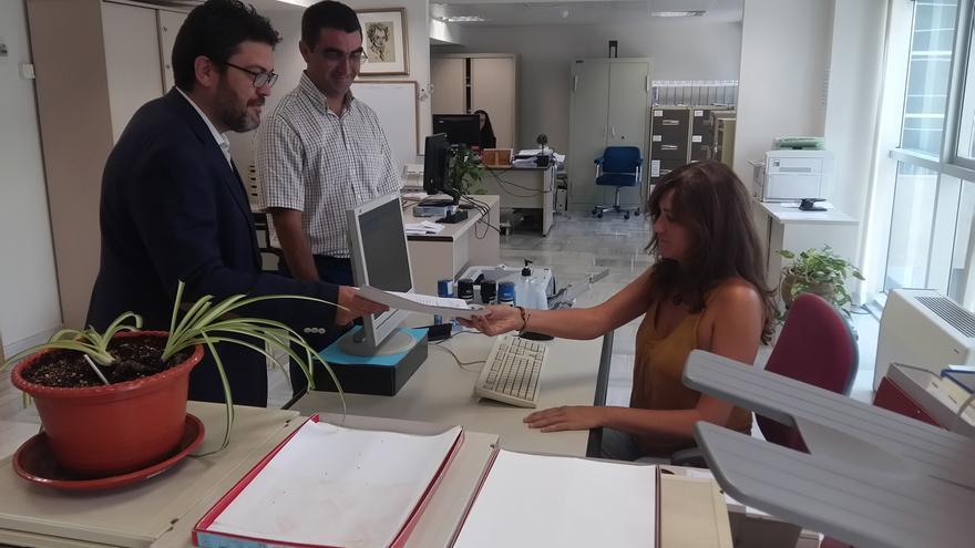 Miguel Sánchez y Miguel Ángel López registrando la moción sobre Lorca en la Asamblea Regional de Murcia