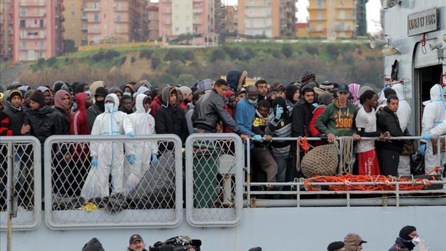 Refugiados e inmigrantes desembarcan de un barco de la marina italiana en la provincia de Agrigento en Sicilia (Italia)/ Efe.