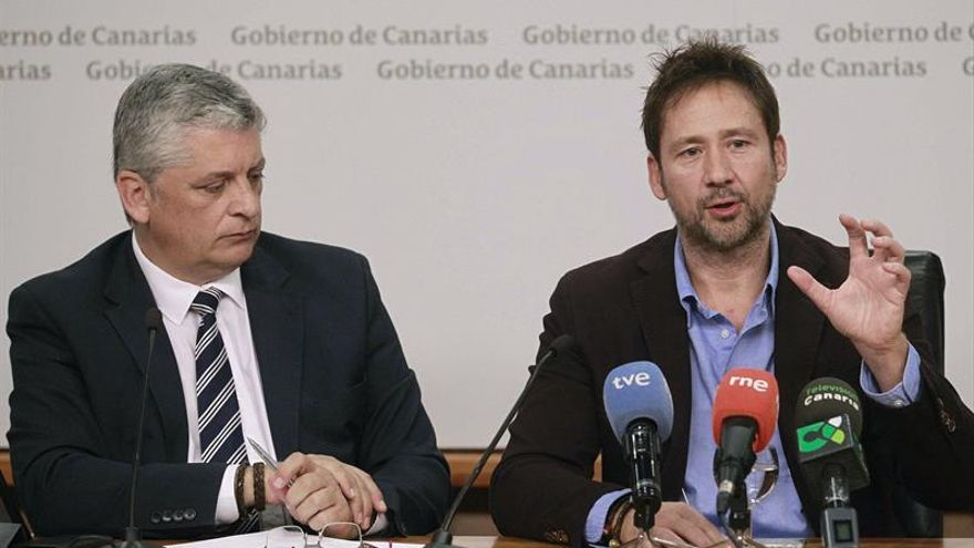 El comisionado de Inclusión social y lucha contra la pobreza del Gobierno de Canarias, Néstor Hernández (i), y el productor Miguel Ángel Tobías, durante la presentación de la película documental 'Canarias Humanitaria'