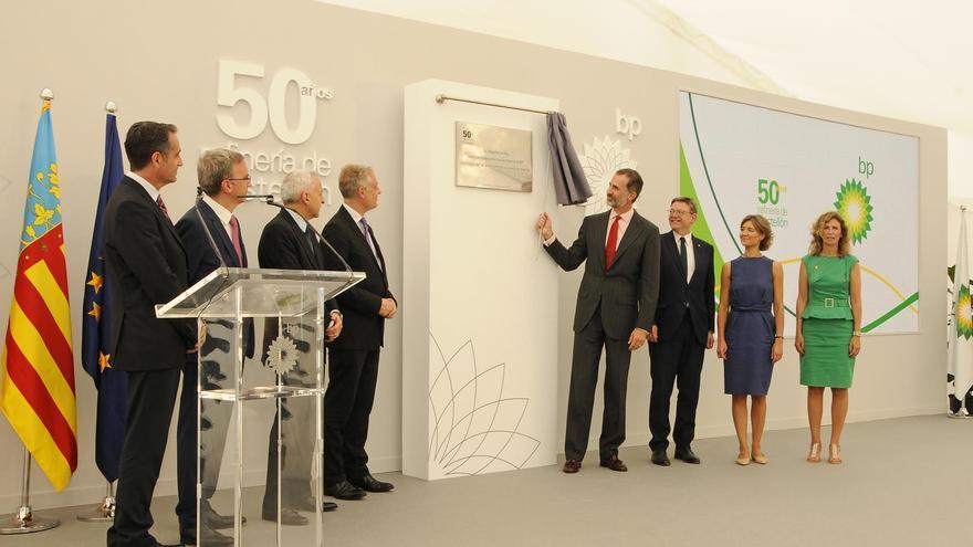 El rey Felipe VI descubre una placa conmemorativa del 50 aniversario de la refinería de BP en Castellón.