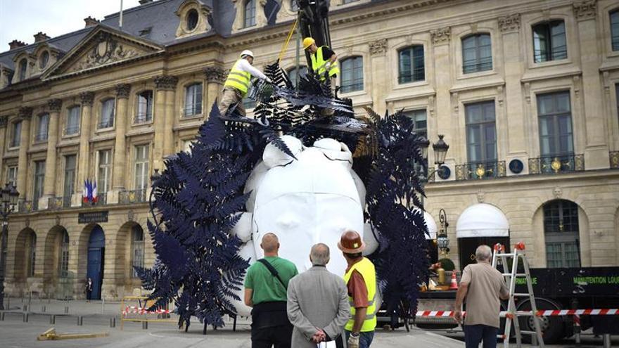 Valdés colma de color con sus cabezas femeninas la plaza Vêndome de París