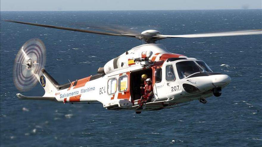 Rescatados los dos tripulantes de un barco hundido en Galicia