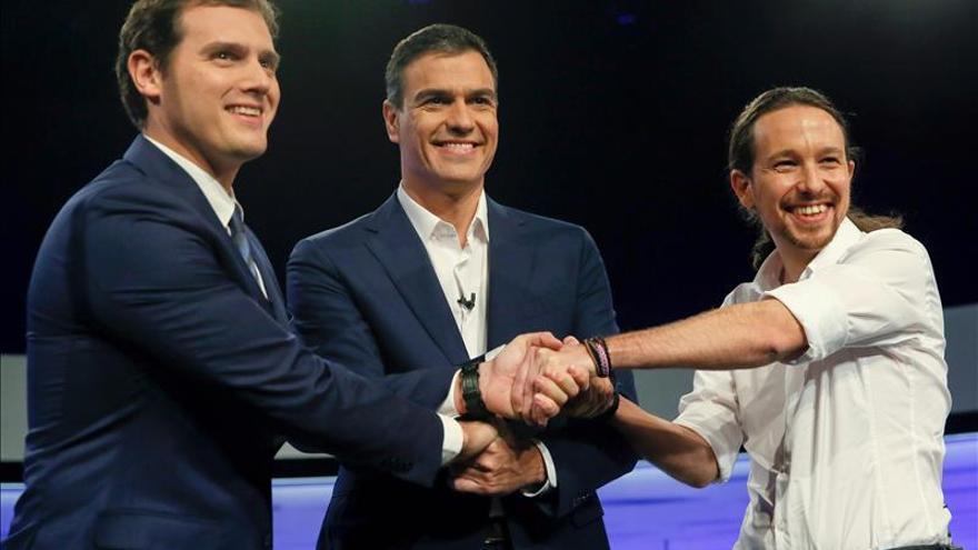 Rivera e Iglesias centran sus ataques en Sánchez ante la ausencia de Rajoy