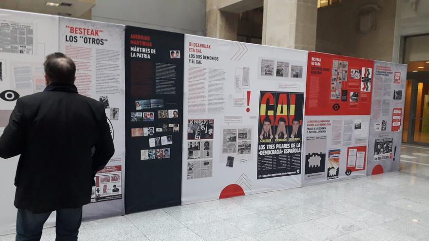 Un transeúnte contemplando la exposición en el Palacio de Justicia de Bilbao