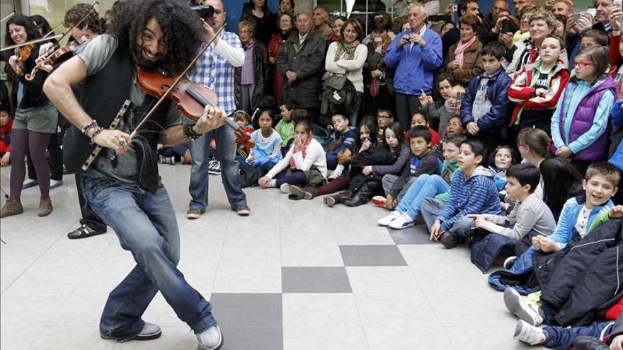 Malikian suma jóvenes alumnos a su orquesta para abrir el tren a la cultura