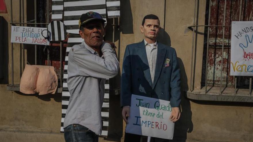 """Muñecos del """"apagón"""", Trump, Guaidó y Maduro, quemados como Judas en Caracas"""
