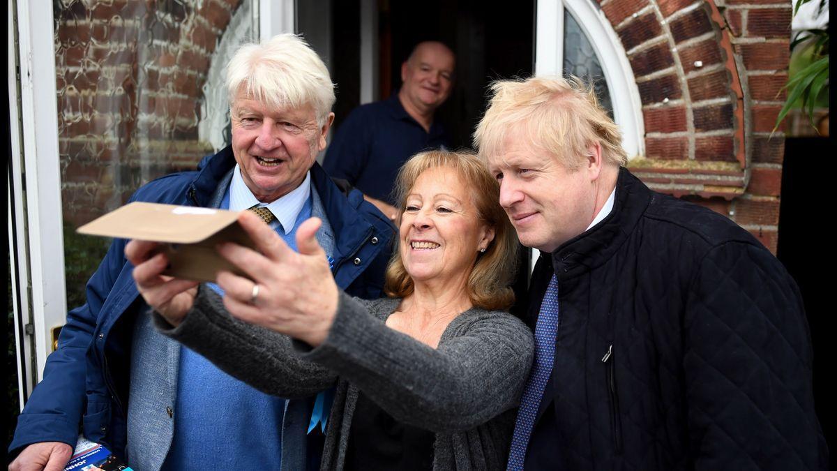 Boris Johnson junto a su padre Stanley y una votante conservadora