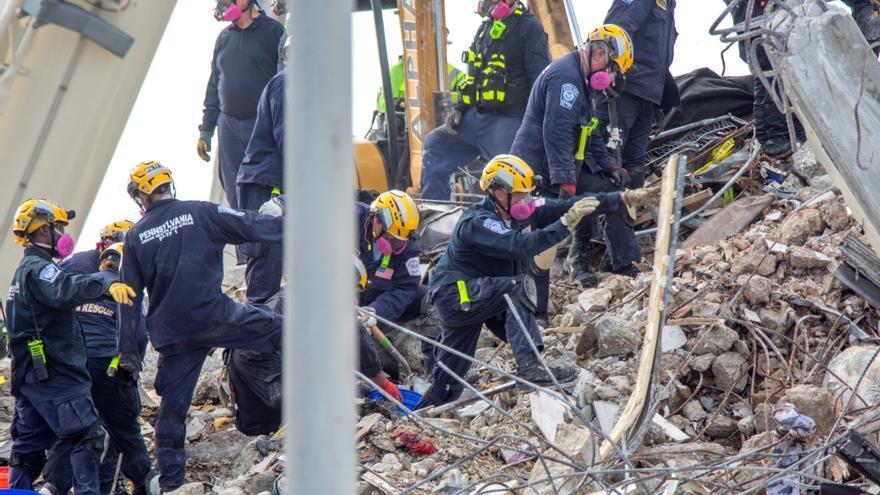 Sube a 86 el número de víctimas mortales por el derrumbe del edificio en Surfside