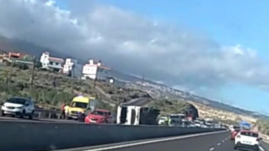 El vuelco de un camión colapsa la autopista del Sur este miércoles