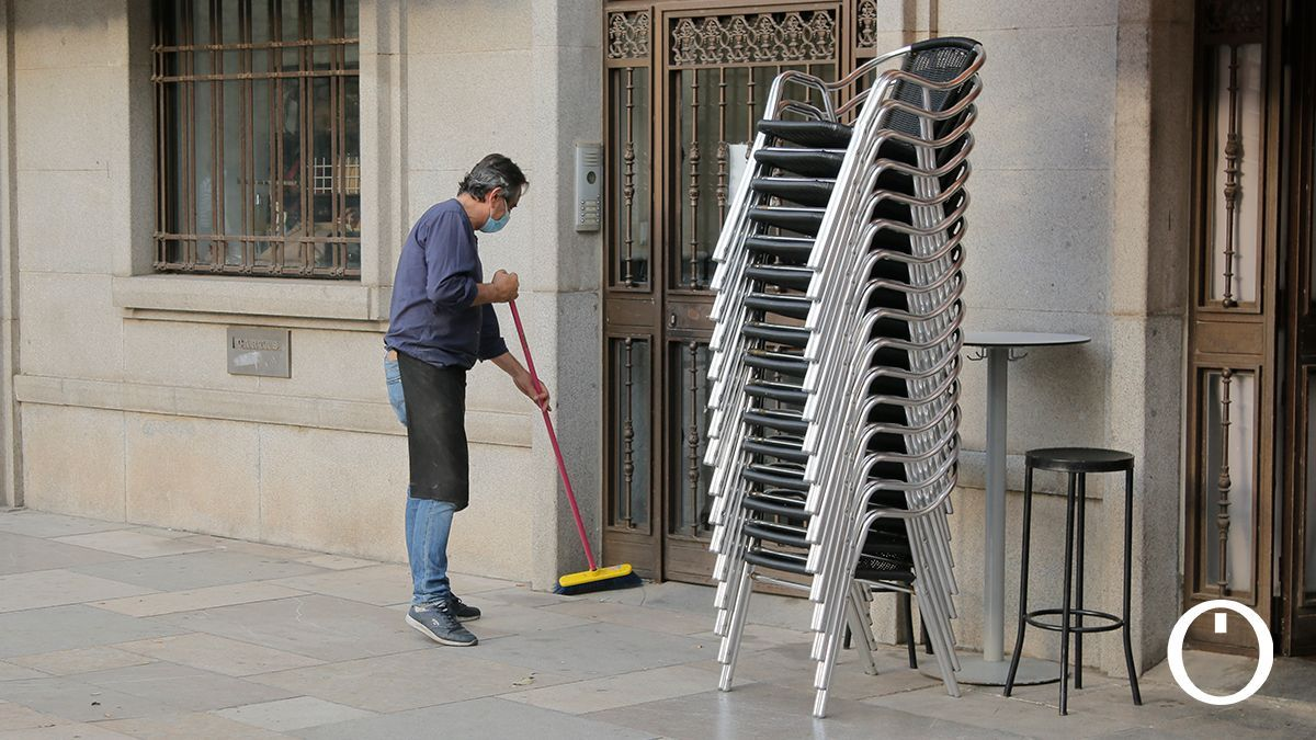 Bares recogiendo sus terrazas