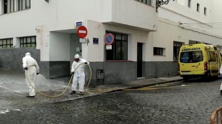 Tareas de desinfección en Centro de Salud de Santa Cruzde La Palma.