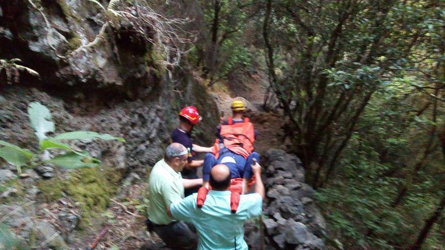 Un momento del rescate en el que portaron en camilla al herido durante más de cuatro horas. Foto: BOMBEROS LA PALMA.
