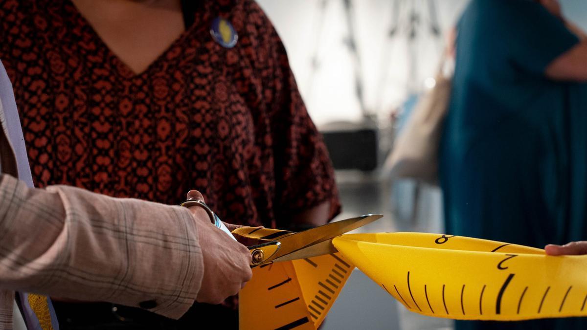 La directora del Instituto Canario de Igualdad (ICI) corta una cinta métrica como símbolo de ruptura de la gordofobia.