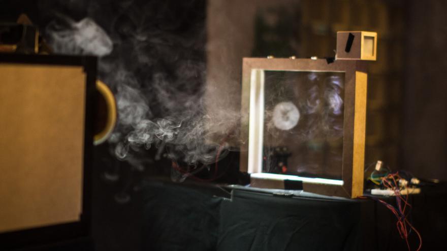 Las señales de humo llegan desde la 'máquina de humo' a un sensor laser (Foto: Niklas Isselburg y Jakob Kilian)