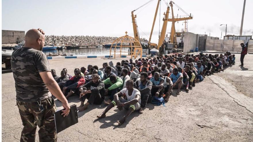 Un guardacostas libio cuenta el número de migrantes que acaba de ser interceptado en el mar en su camino a Italia. Junio de 2016.