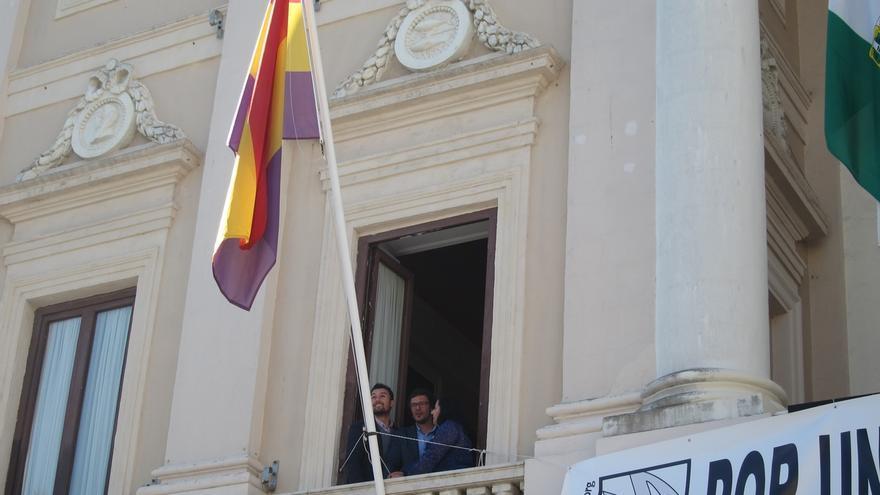 """El alcalde de Cádiz defiende la legalidad del izado de la bandera republicana y acusa al PP de """"confundir"""""""