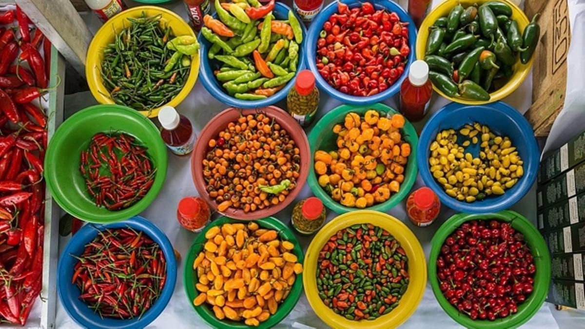 Ajís, chiles, jalapeños y otros pimientos picantes en un mercado de Sao Paulo.