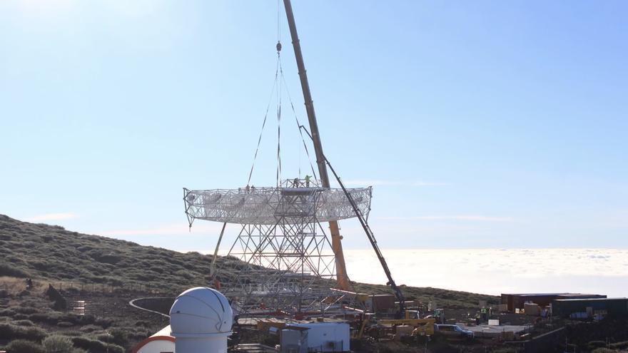 Otro momento de la colocación de plato de 18 toneladas donde se colocará el espejo de 23 metros del telescopio Cherenkov de gran tamaño (el prototipo LST1) que se instala en el Observatorio de Astrofísica del Roque. Imagen captada del time lapse de Giovanni Ceribella.