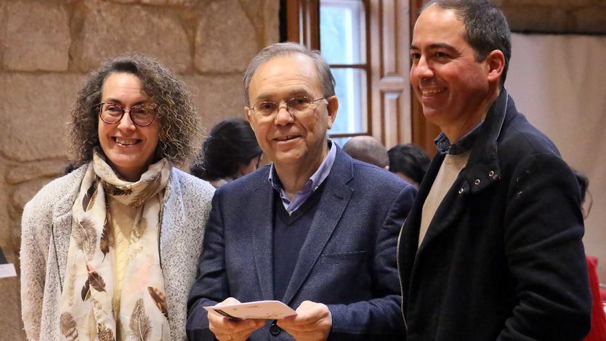 El alcalde de Ponteareas por el BNG, Xosé Represas (centro), que consolida el cargo, y Roberto Mera, histórico líder de la oposición a José Castro que vuelve a la corporación