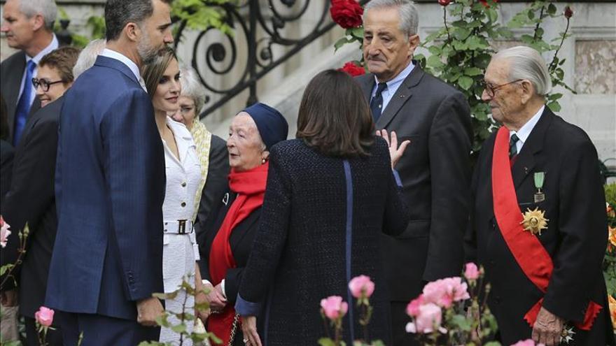 Los reyes Felipe y Letizia y la alcaldesa de París saludan a varios ciudadanos franceses condecorados por liberar París / EFE