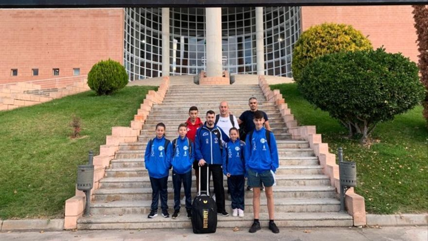 Algunos de los jugadores en el Polideportivo Municipal de Villena.