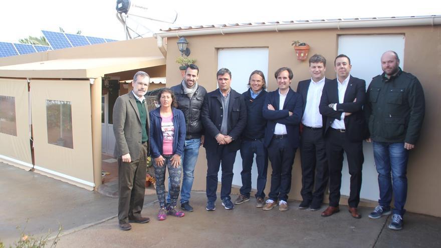 Visita del presidente del Cabildo majorero, Marcial Morales, a una granja con instalación recién estrenada, en La Oliva