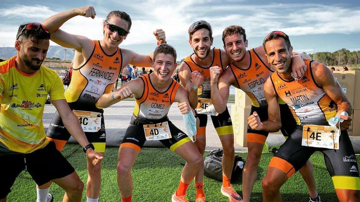 Equipo del Montilla-Córdoba Triatlón celebrando el bronce
