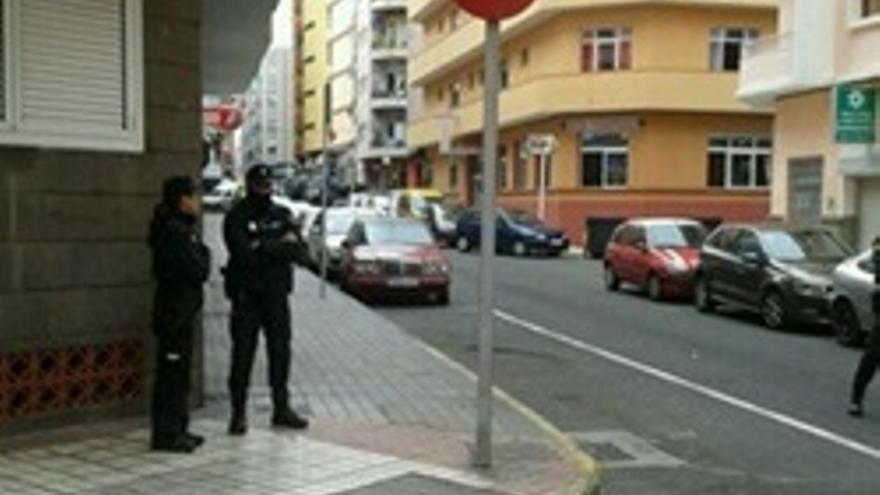 Agentes en los alrededores del edificio desalojado.