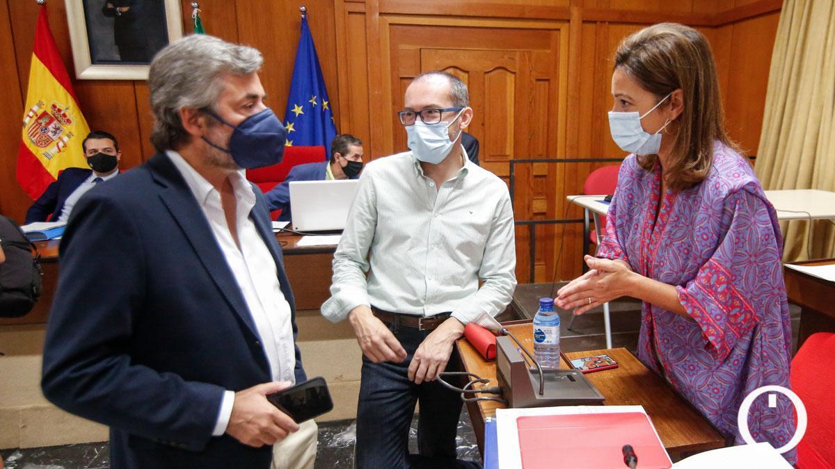 Ambrosio (dcha) en el Pleno junto a los concejales Romero y Torrico.