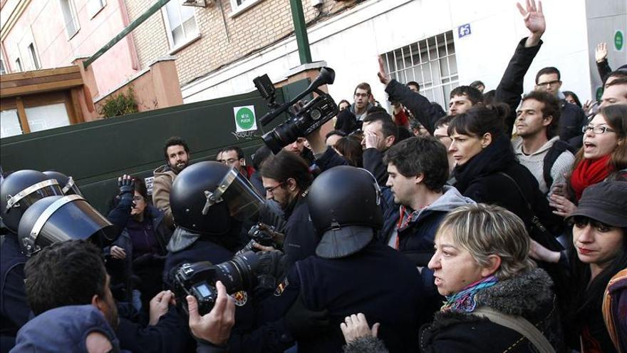 Afectados por las hipotecas hacen un escrache ante la casa de Sáenz de Santamaría