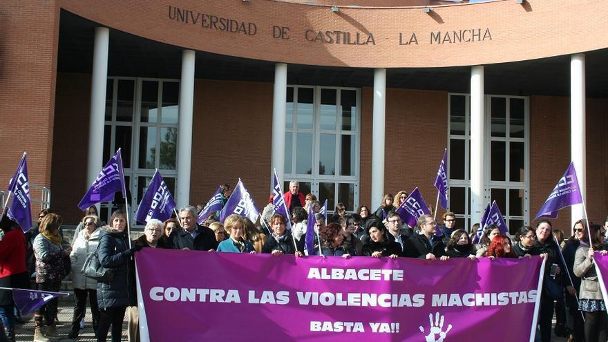 Manfestación convocada por CCOO a las puertas del Paraninfo de la UCLM en Albacete