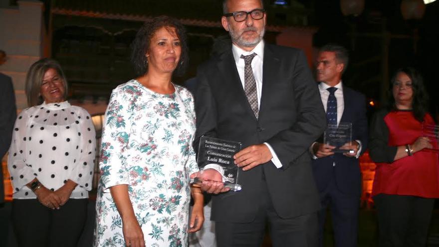 Mercedes Sanz entrega el galardón al periodista Luis Roca. (ALEJANDRO RAMOS)